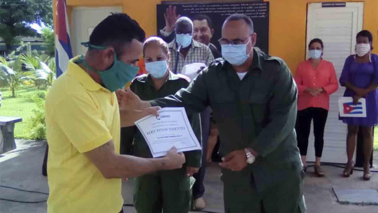 Los taxistas cubanos se vuelcan con el sector sanitario