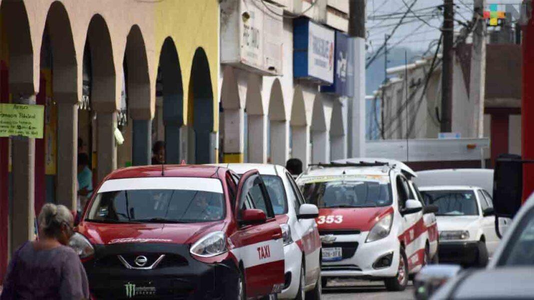Los taxistas de Tempoal (México) aguantan como pueden la bajada de la demanda