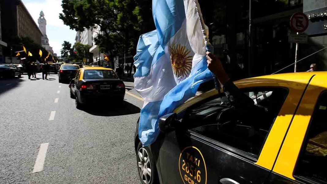 Taxistas argentinos denuncian a Uber, Cabify y Beat ante el Juzgado Federal