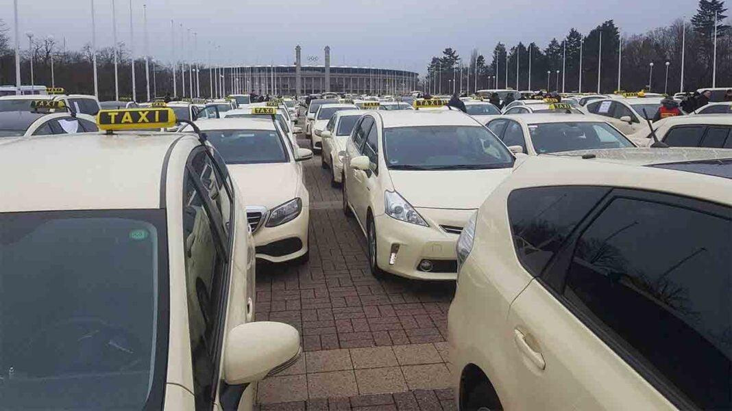 Los taxistas paralizan el oeste de Berlín en protesta contra Uber