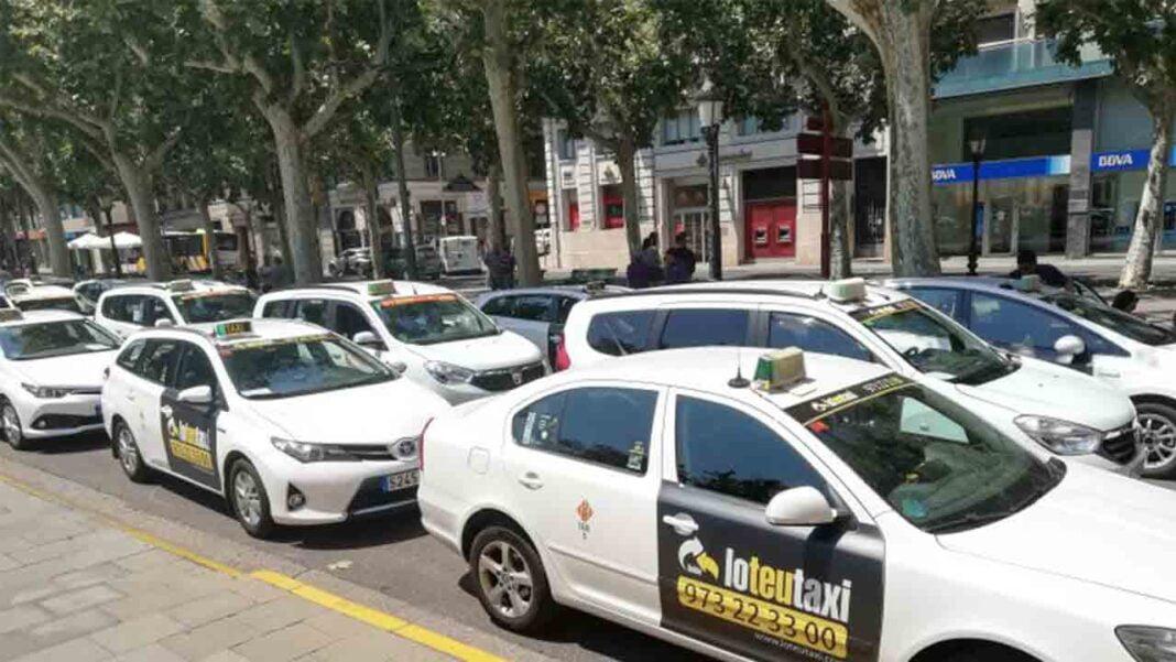 Marcha lenta de los taxistas de Lleida en solidaridad con Barcelona