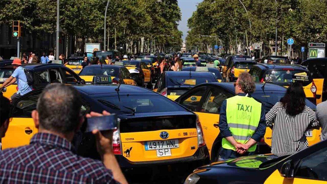 Las asociaciones del taxi de Barcelona preparan acciones legales contra las administraciones