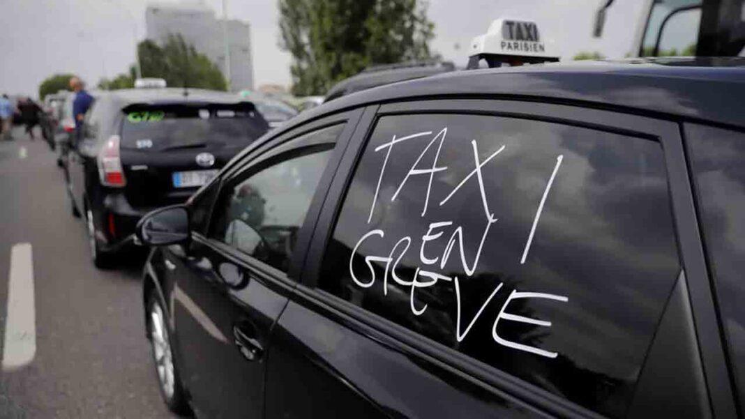 Los taxistas franceses demandan a Uber por competencia desleal