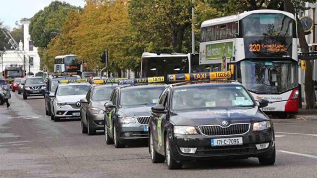 Los taxistas irlandeses protestan en la ciudad de Cork por la falta de ayudas