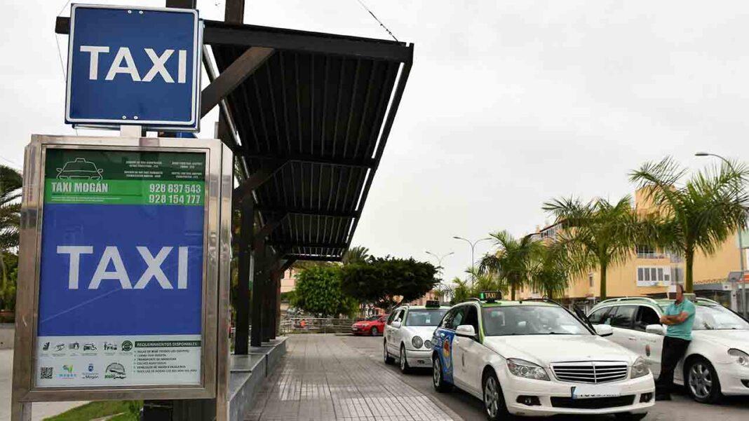Mogán instala paneles luminosos con información en las paradas de taxi