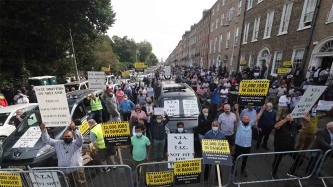 Protesta de los taxistas de Dublín por la falta de ayudas al sector
