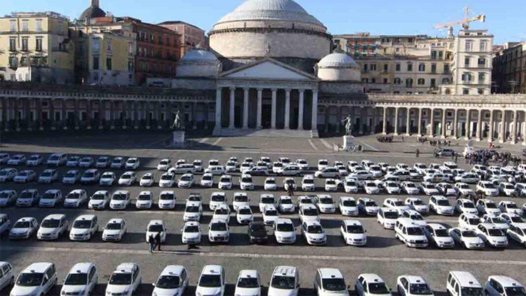 Concentración de los taxistas de Nápoles en la Piazza del Plebiscito