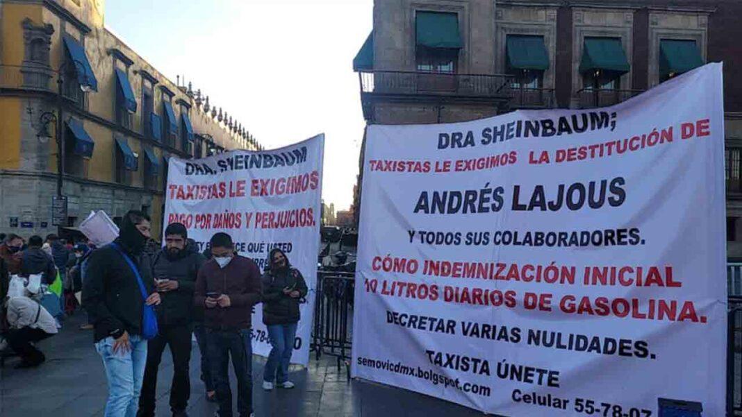 Taxistas protestan frente al Palacio Nacional en Ciudad de México