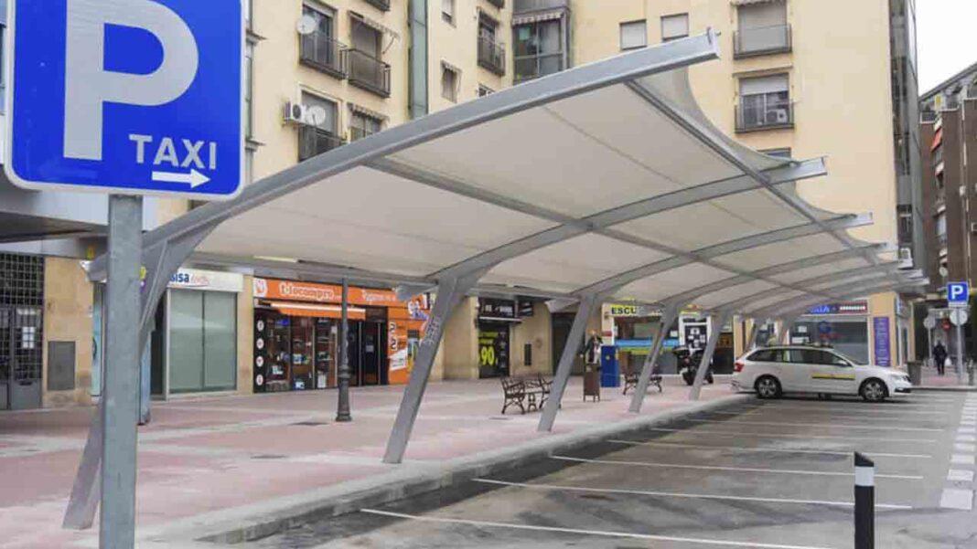 Torrejón de Ardoz instala una pérgola en la parada de taxis de Plaza de España