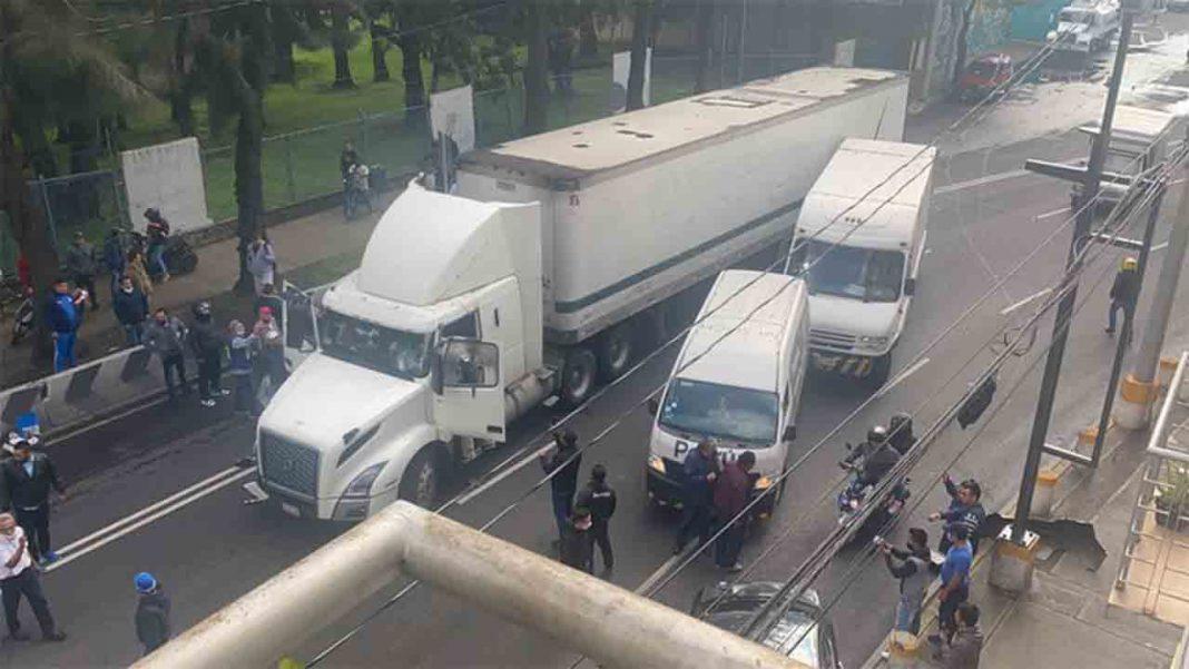 Un tráiler arremete contra los vehículos en una marcha de taxistas en México