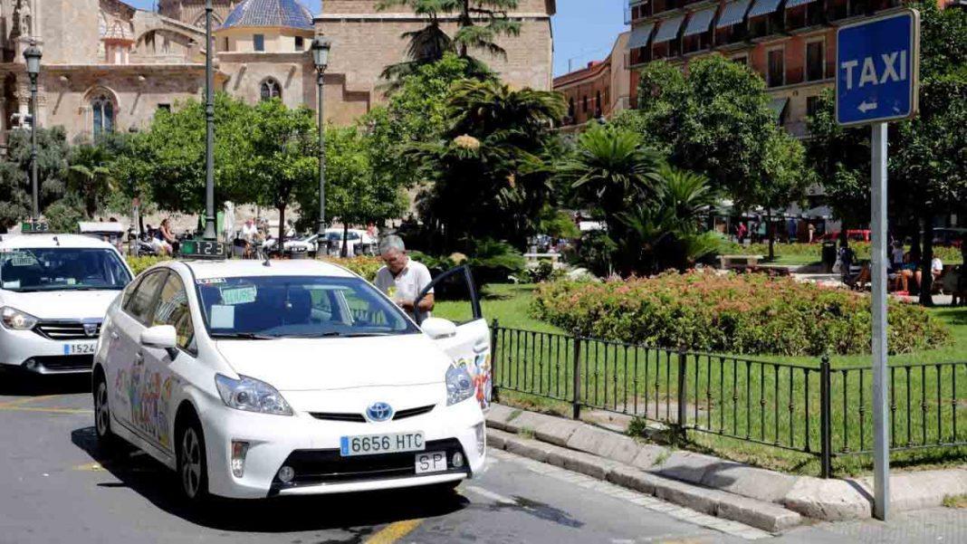Dos atracadores dan una brutal paliza a un taxista en València