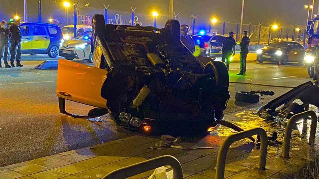 Espectacular accidente de un taxi en la Terminal 2 del Aeropuerto de Barcelona